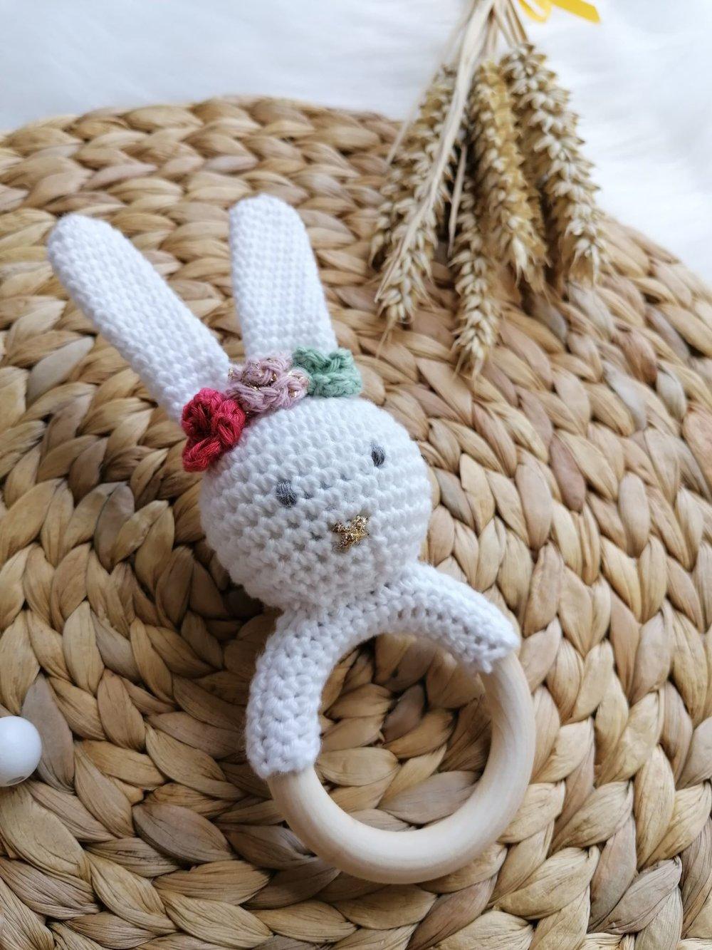 Hochet d'éveil: Lapin blanc avec couronne de fleurs