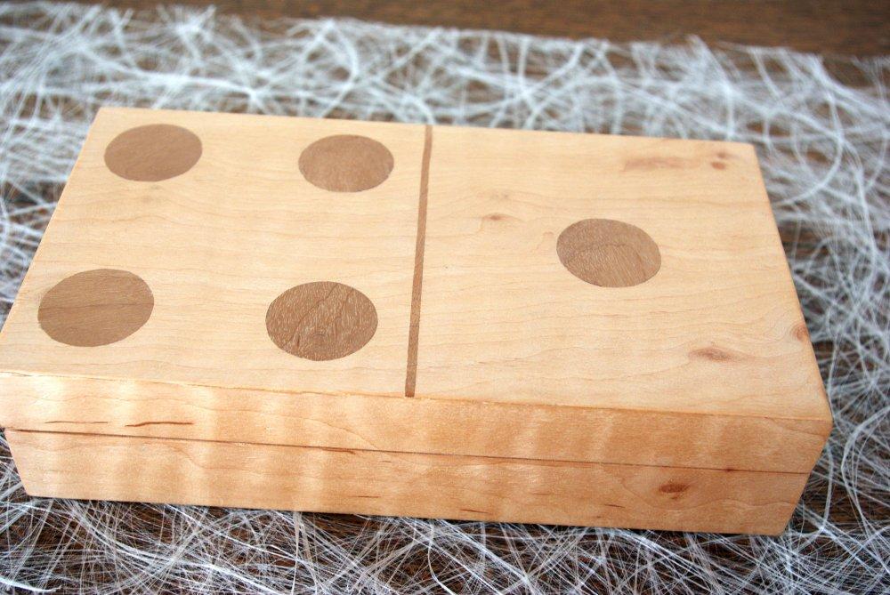 Coffret pour jeux en  marqueterie en  placage de loupe d'aulne et noyer et séquoia