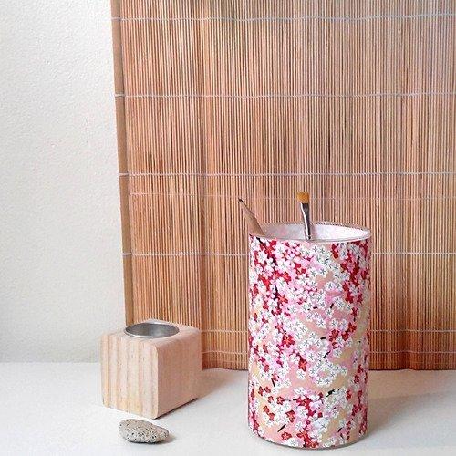 Pot en verre, fleurs de cerisiers.