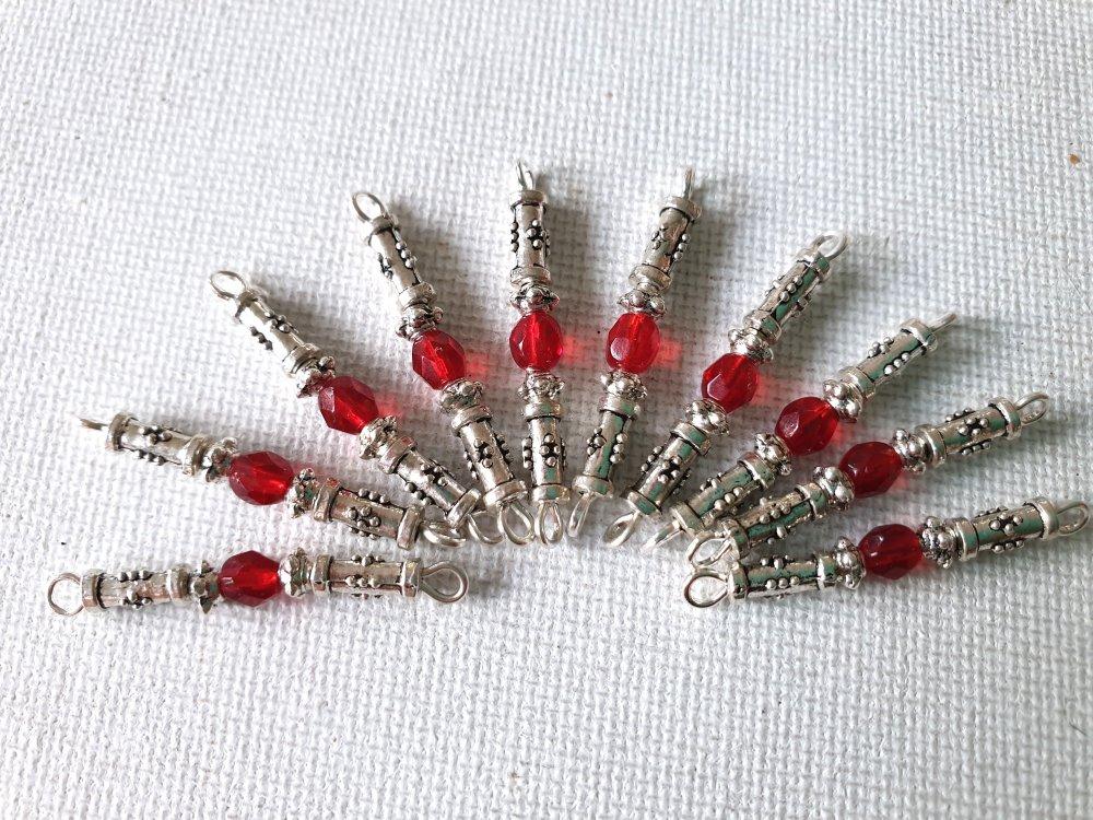 2 Petits connecteurs perles facettes verre transparent rouge rubis, tubes métal argenté gravé, perles métal argenté clouté