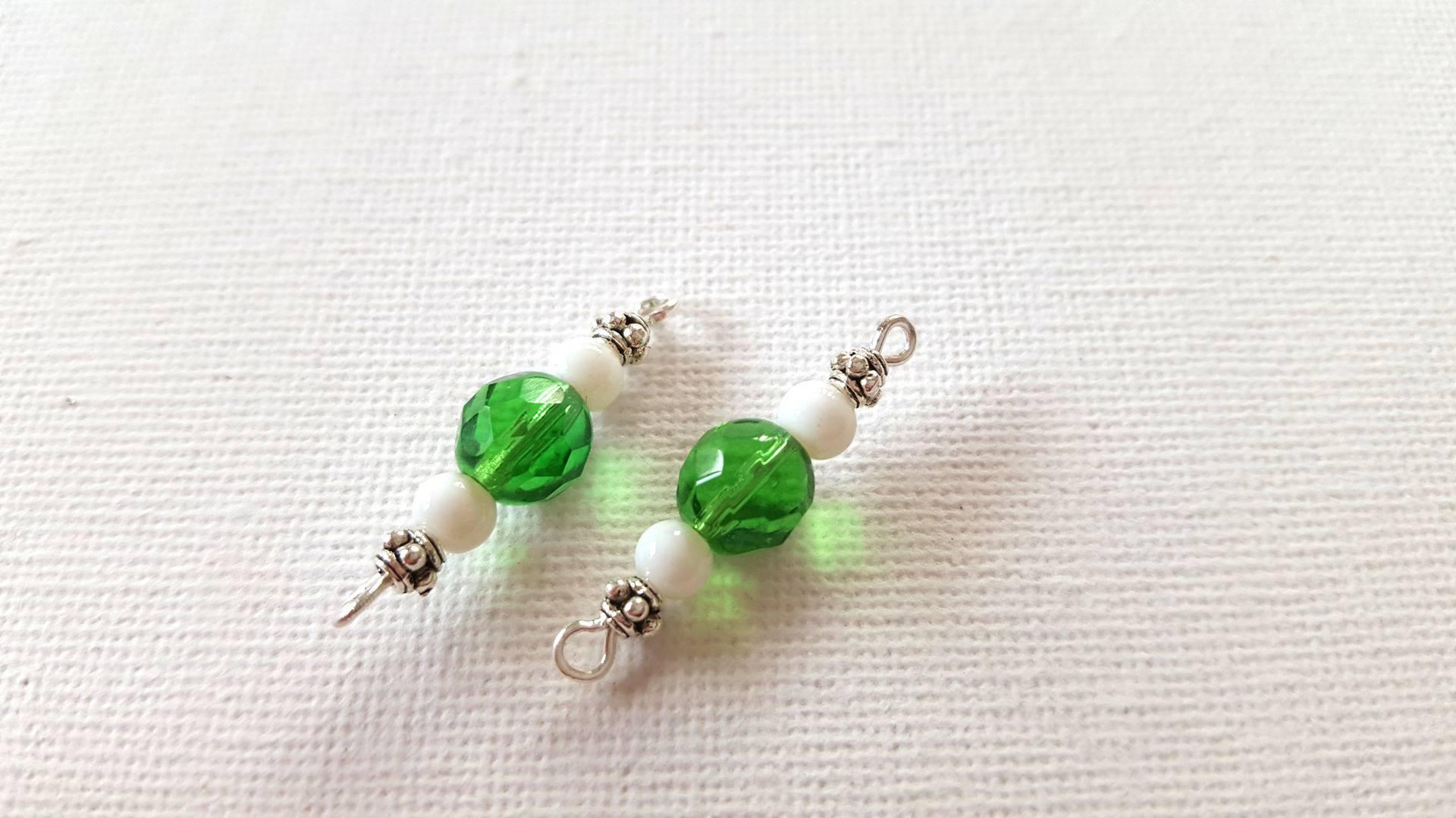 27A- 2 Connecteurs perles verre à facettes vert transparent, perles rondes verre blanc, perles métal argenté
