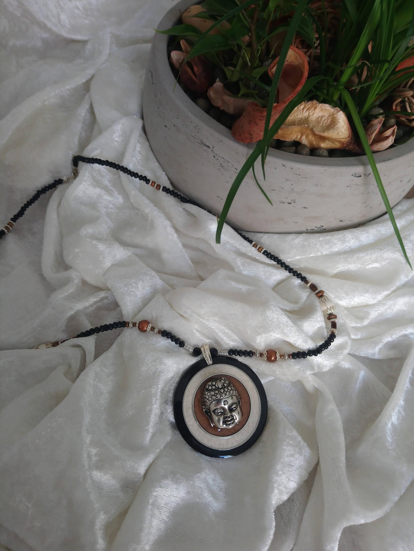 collier médaillon tête de bouddha argenté en métal et bois résiné noir beige marron ,fait main