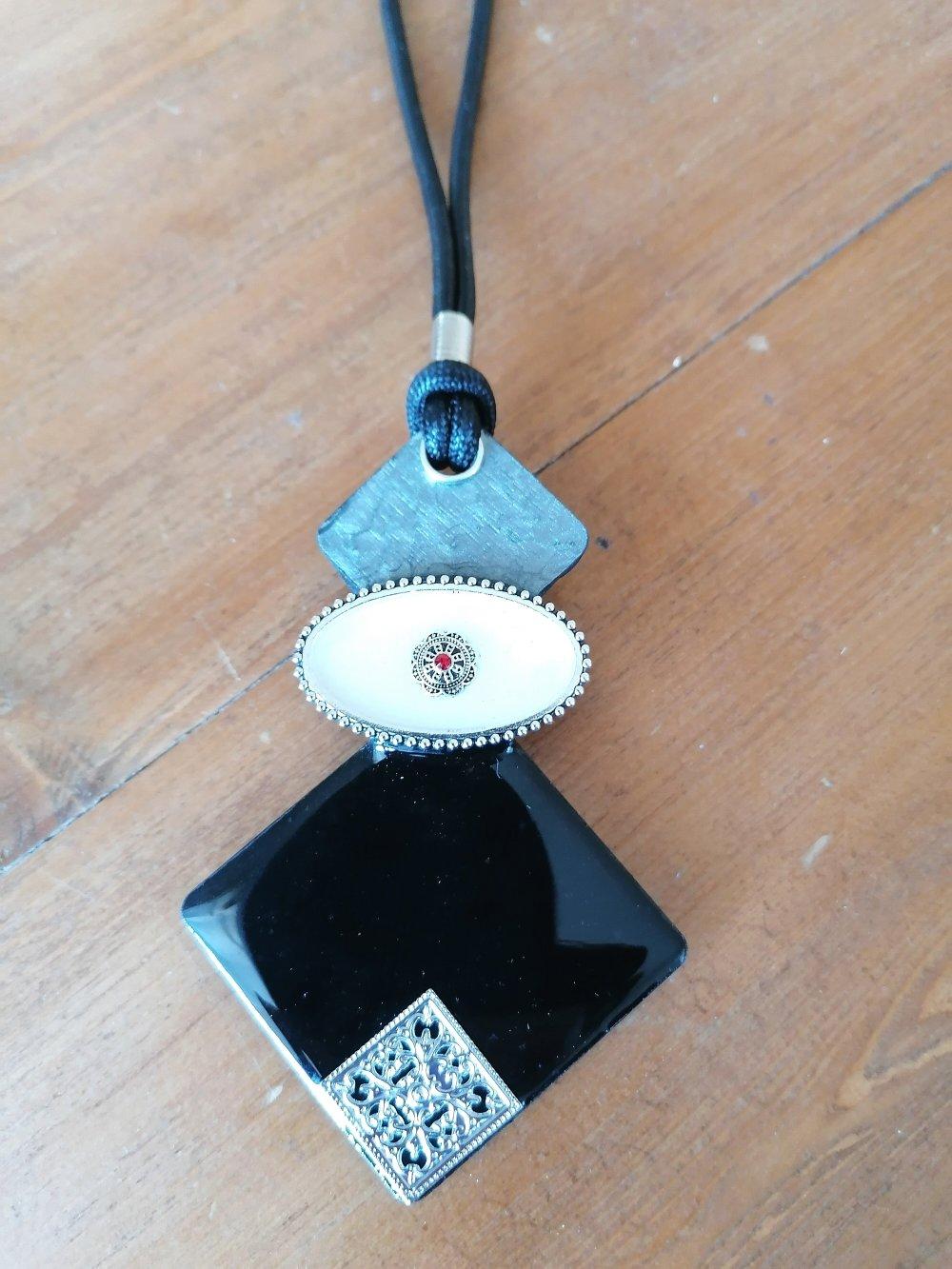 collier long noir argenté avec pendentif gépmétrique noir argenté en métal et bois résiné fait main,création unique