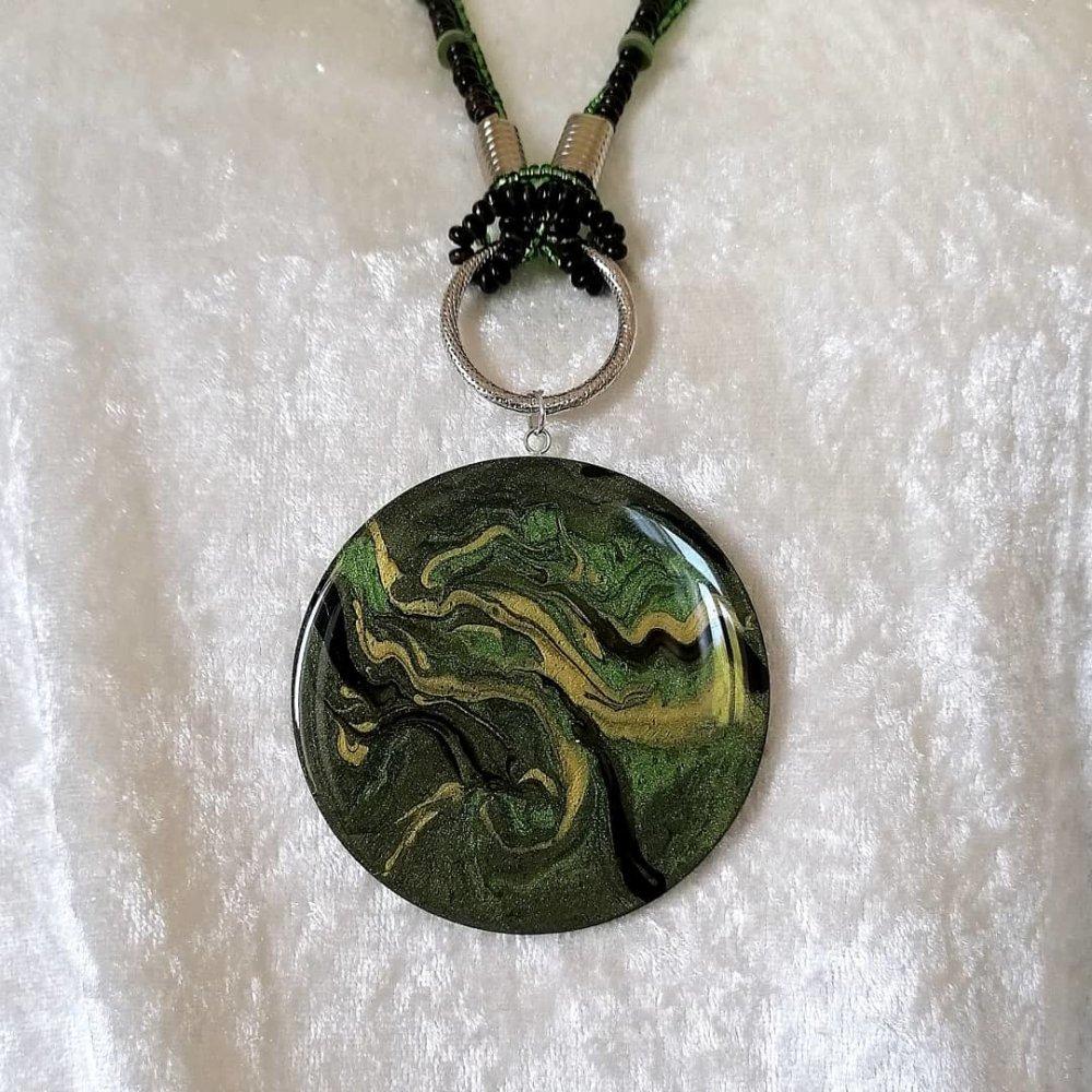Collier long avec grand pendentif de 80 mm camaïeu vert