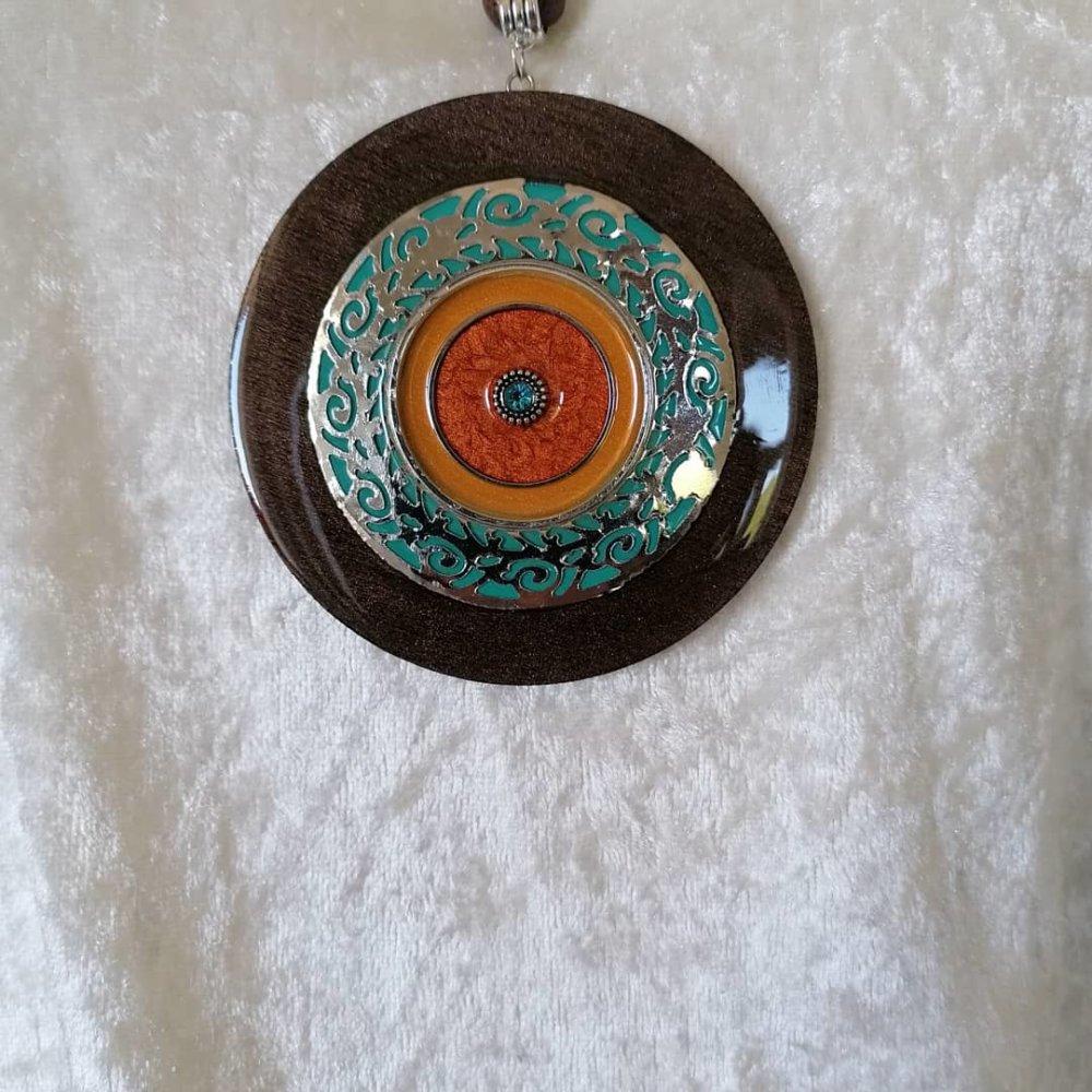 Collier long style ethnique, grand pendentif multicolore, en métal et bois resiné fait main