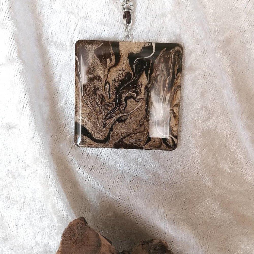 Pendentif carré camaïeu chocolat en bois brillant