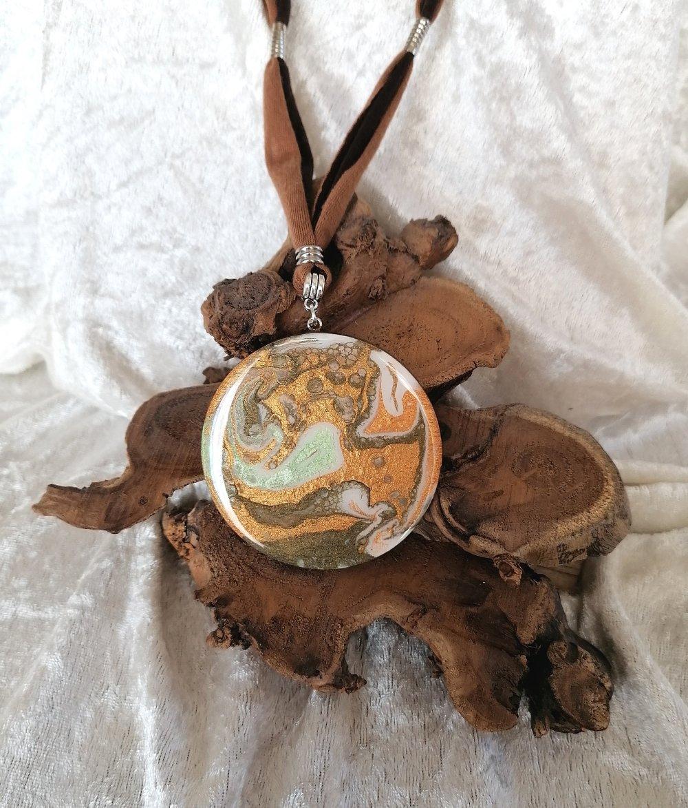 Collier réglable avec gros pendentif camaïeu cuivré