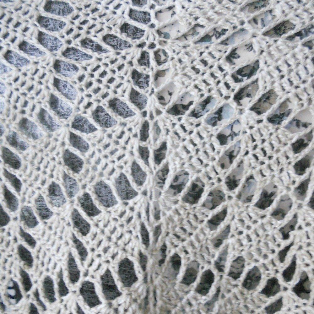 """Châle crocheté à la main motif """"Feuilles"""" fil dégradé blanc,beige et bleu marine"""