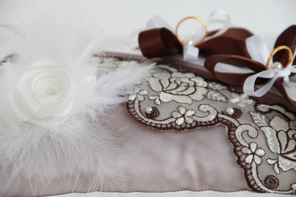 Coussin alliances mariage avec dentelle fleurs et plumes
