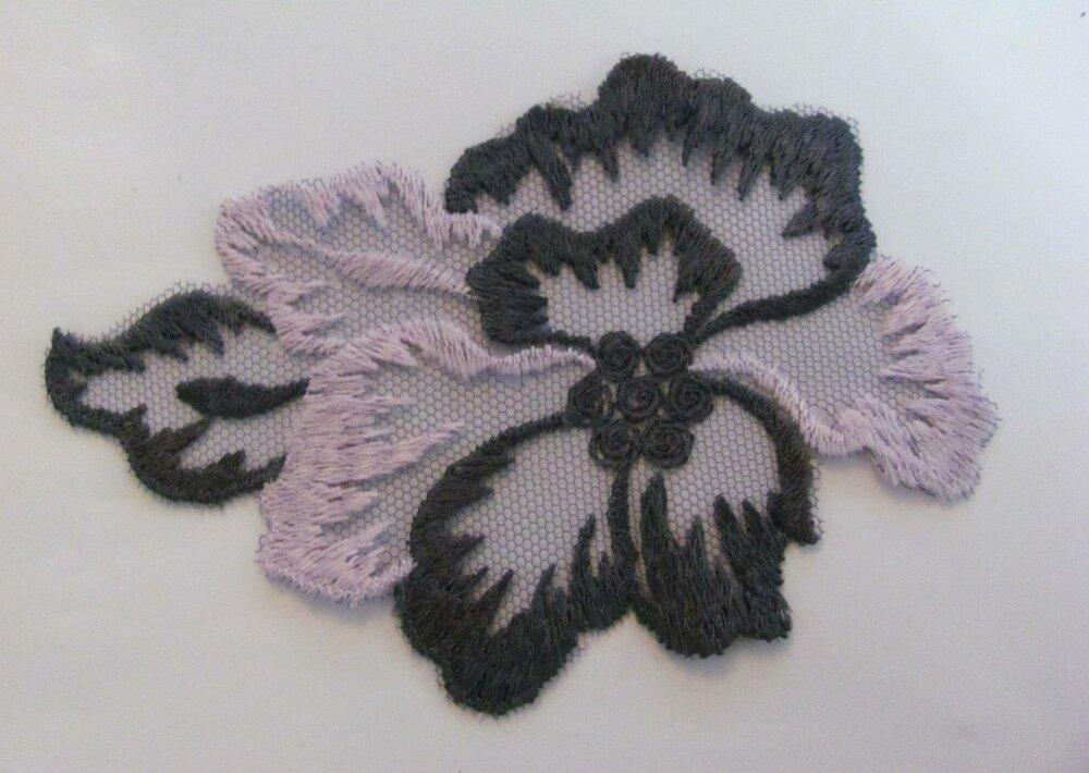 Applique tulle festonné Fleurs gris et rose 11,5 cm x 8 cm