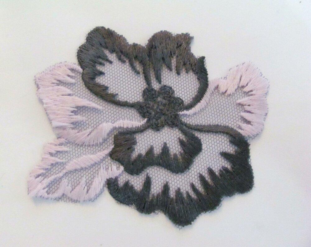 Applique tulle festonné Fleurs gris et rose 9,5 cm x 8 cm