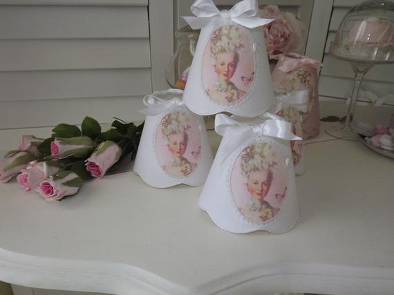 """****REALISATION SUR COMMANDE**** - Abat-jour à pince pour lustre, applique ou petite lampe, en lin blanc, médaillon """"Marie Antoinette"""""""
