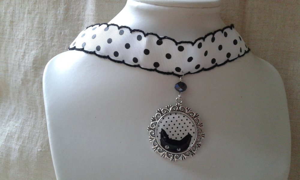 "collier ""ruban à pois et chat"""