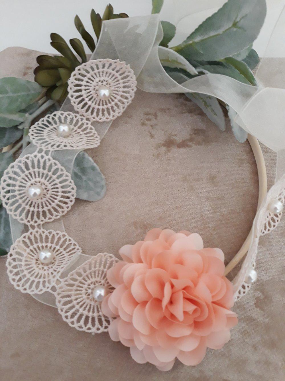 bandeau de mariage en dentelle orné de perles  et d'une fleur en tissu