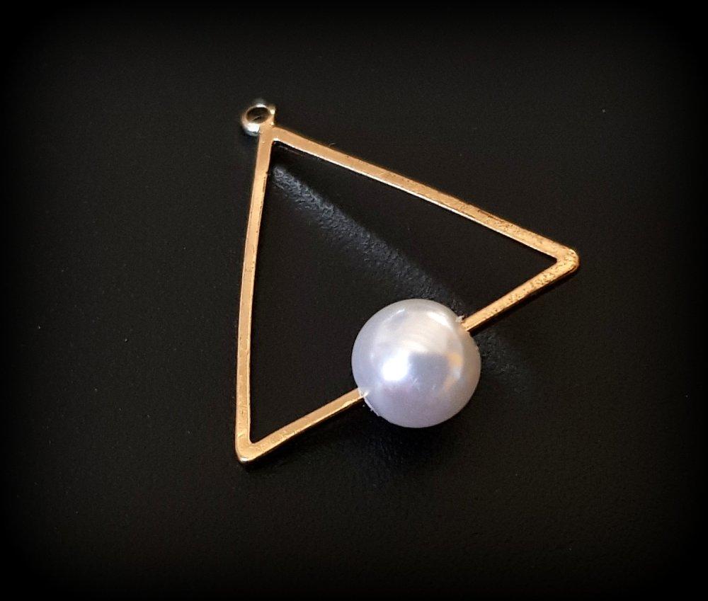 1 breloque Géométrique Triangle, perle blanche brillante, acrylique, métal Doré 27x24mm