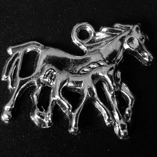 1 breloque animaux cheval et poulain en métal argenté 29x23mm