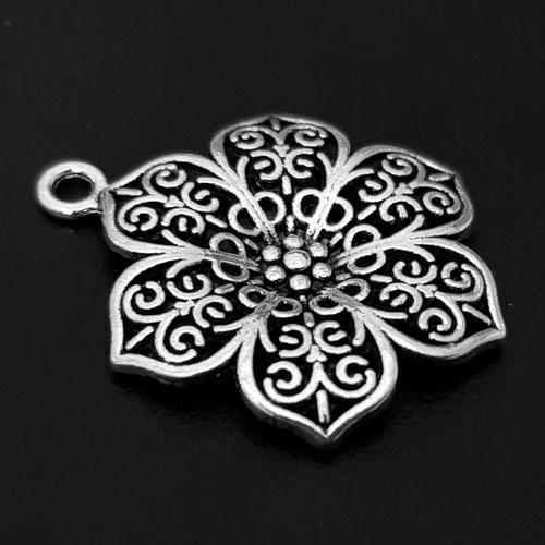 1 breloque, pendentif en forme de fleur ajourée métal argenté 32x24mm