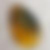 1 pendentif goutte en verre translucide, jaune moutarde, noir 45x27mm