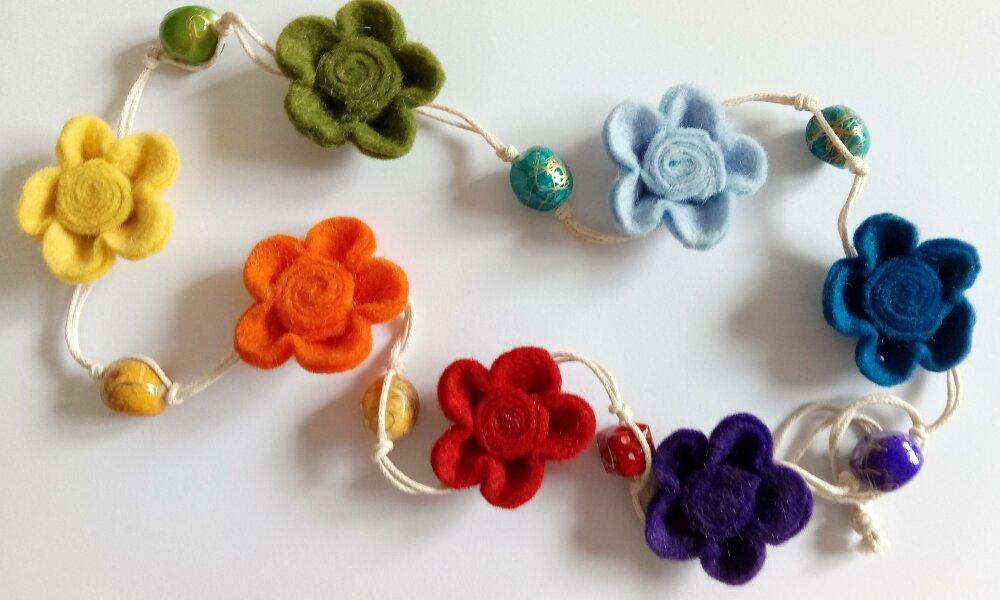 Collier 7 petites fleurs en feutrine de laine aux couleurs de l'arc-en-ciel