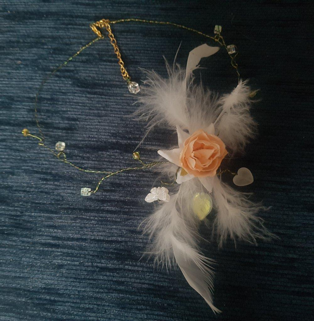 Collier, ras de cou pour mariage, rose nude, papillon et plumes blanc cassé