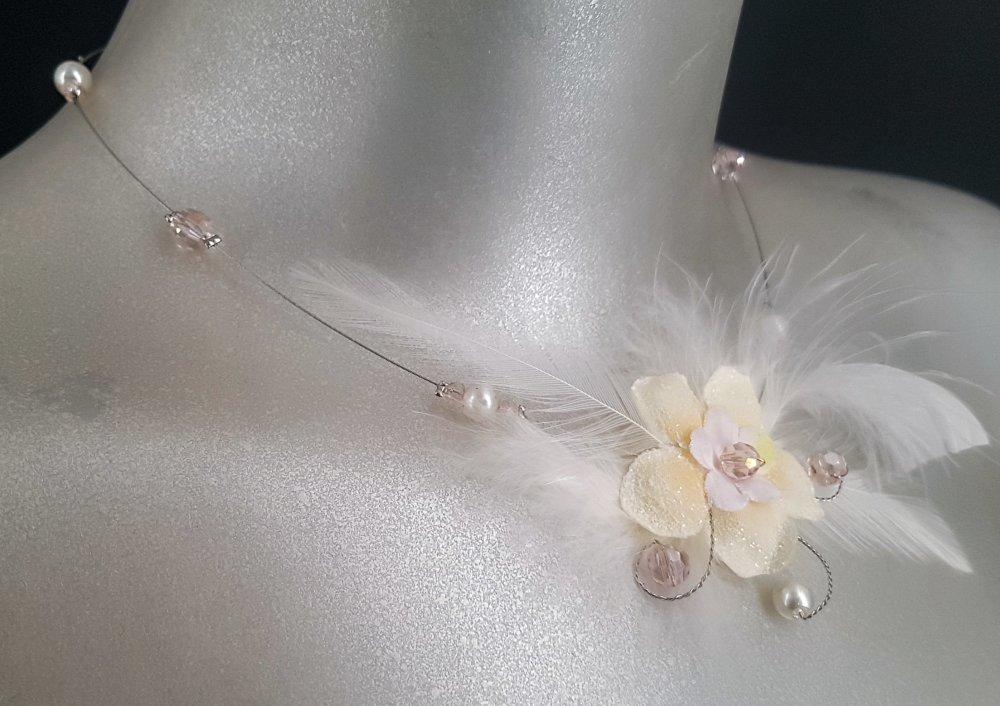 Eglantine Collier mariage fleur, plumes et perles dans les tons  argent, rose poudré er blanc
