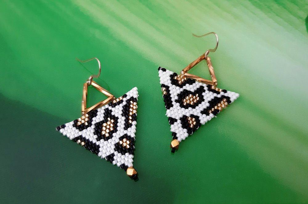 Boucles d'oreilles Jungle effet panthère, noires, blanches et dorées en tissage brickstitch