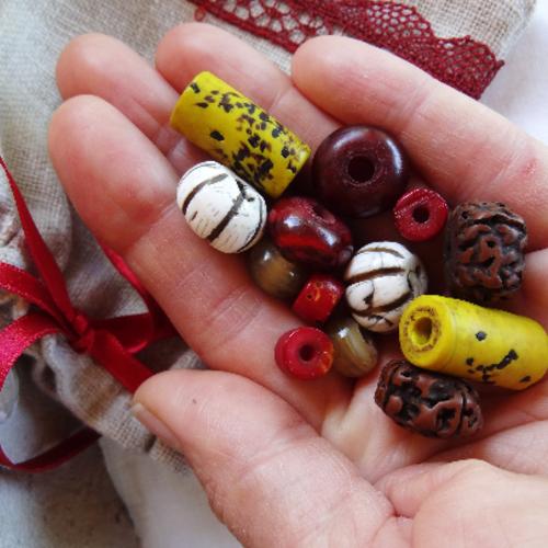 Lot 14 perles variées conque céramique rudraksha corne