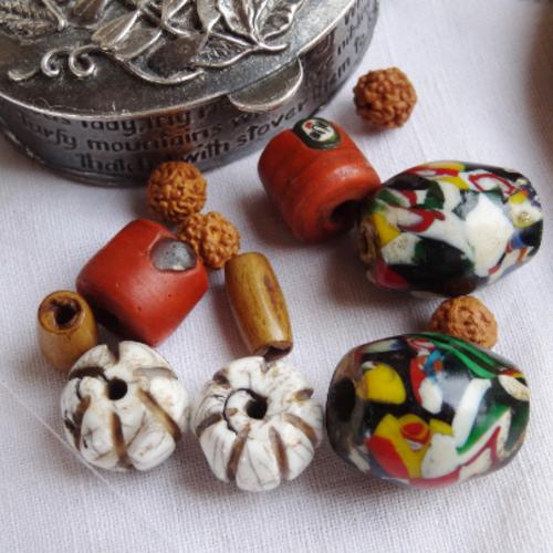Lot 12 perles variées conque céramique os