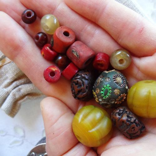 Lot 17 perles variées céramique résine rudraksha corne