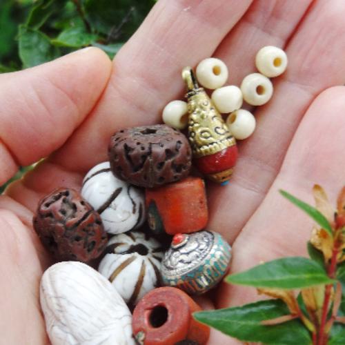 Lot varié 15 perles breloque conque céramique rudraksha