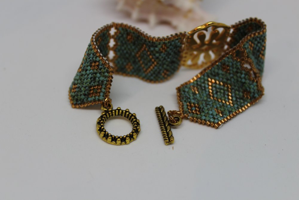 """Manchette  motifs géométriques turquoise effet  """"Picasso"""" en perles Miyuki et intercalaire doré"""