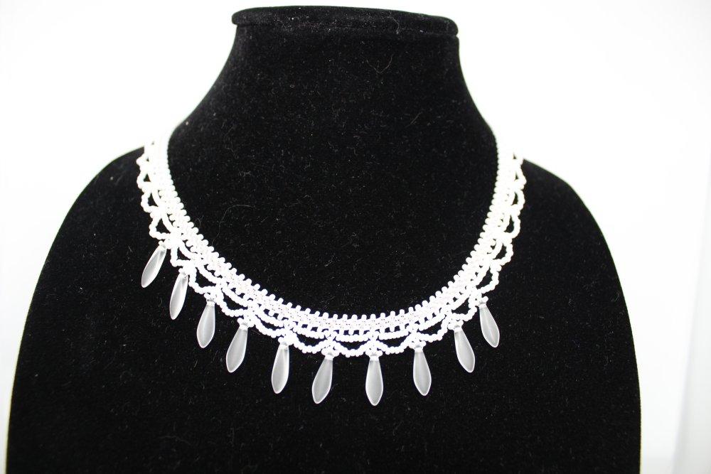 """Collier  blanc """"résille"""" en perles de rocaille et dagues spécial mariée"""