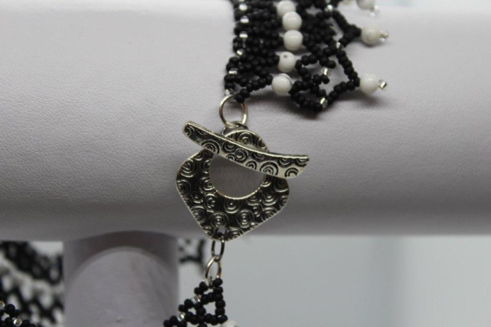 Collier tissage résille noir et blanc en perles de rocaille et perles rondes imitation Gemme