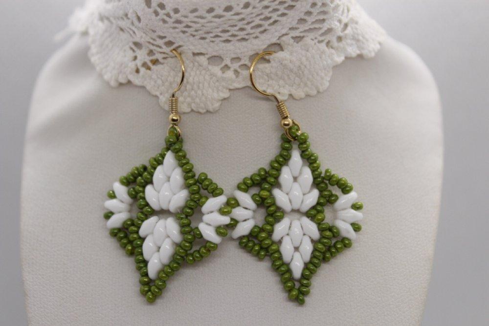 Boucles d'oreille  en perles de verre blanc et rocaille vert olive