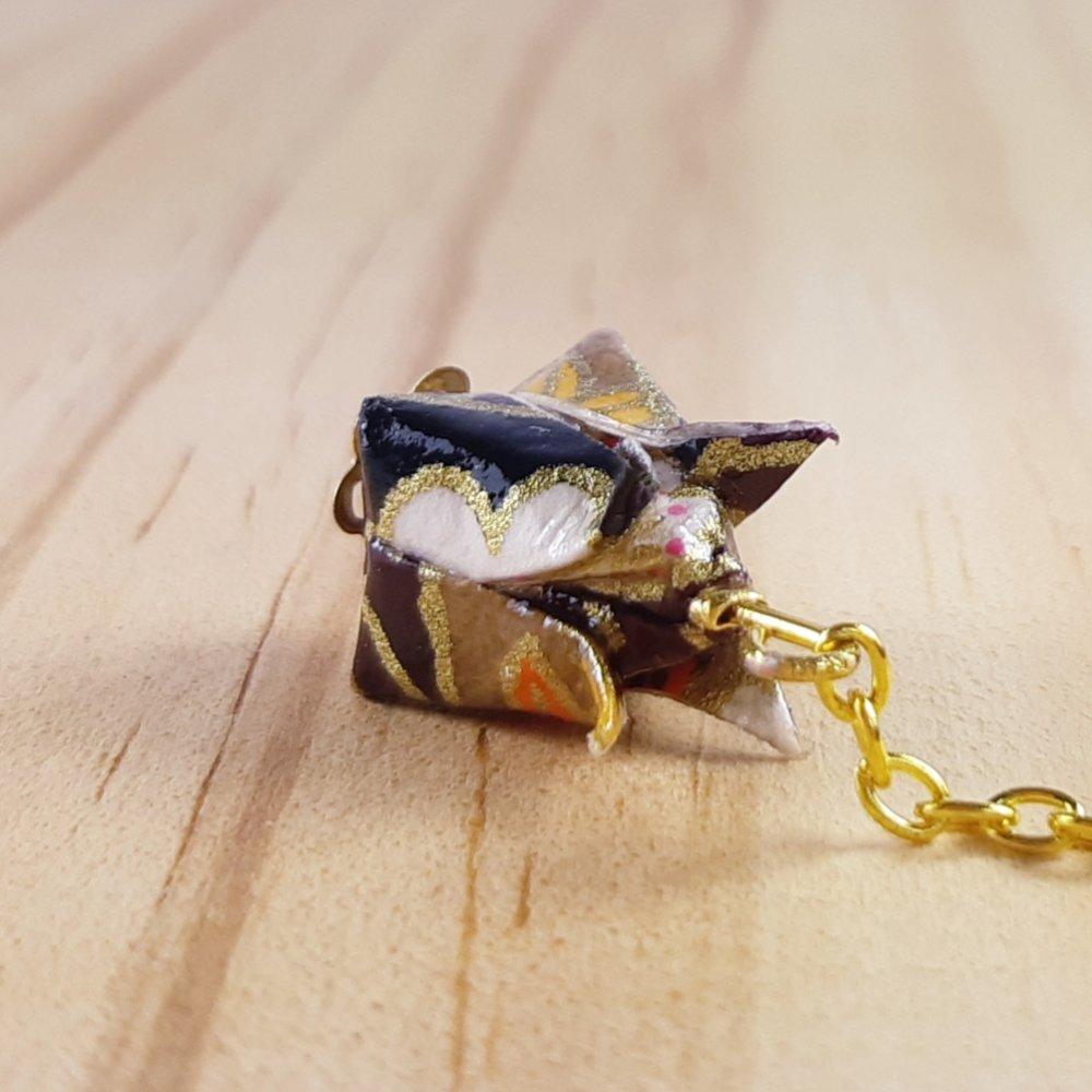 Boucles d'oreilles origami lotus marron et noir sur chaîne dorée