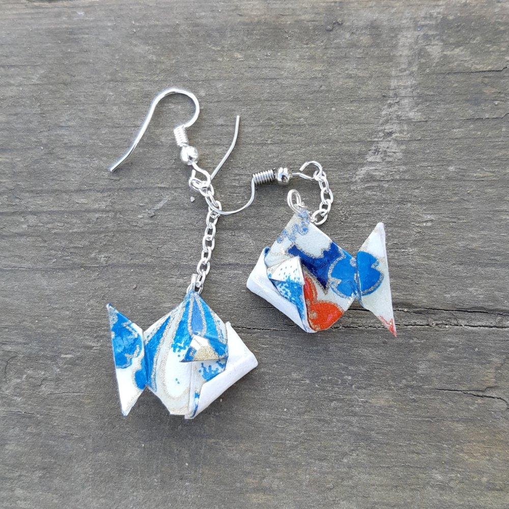 Boucles d'oreilles origami poisson bleu sur chaîne argentée