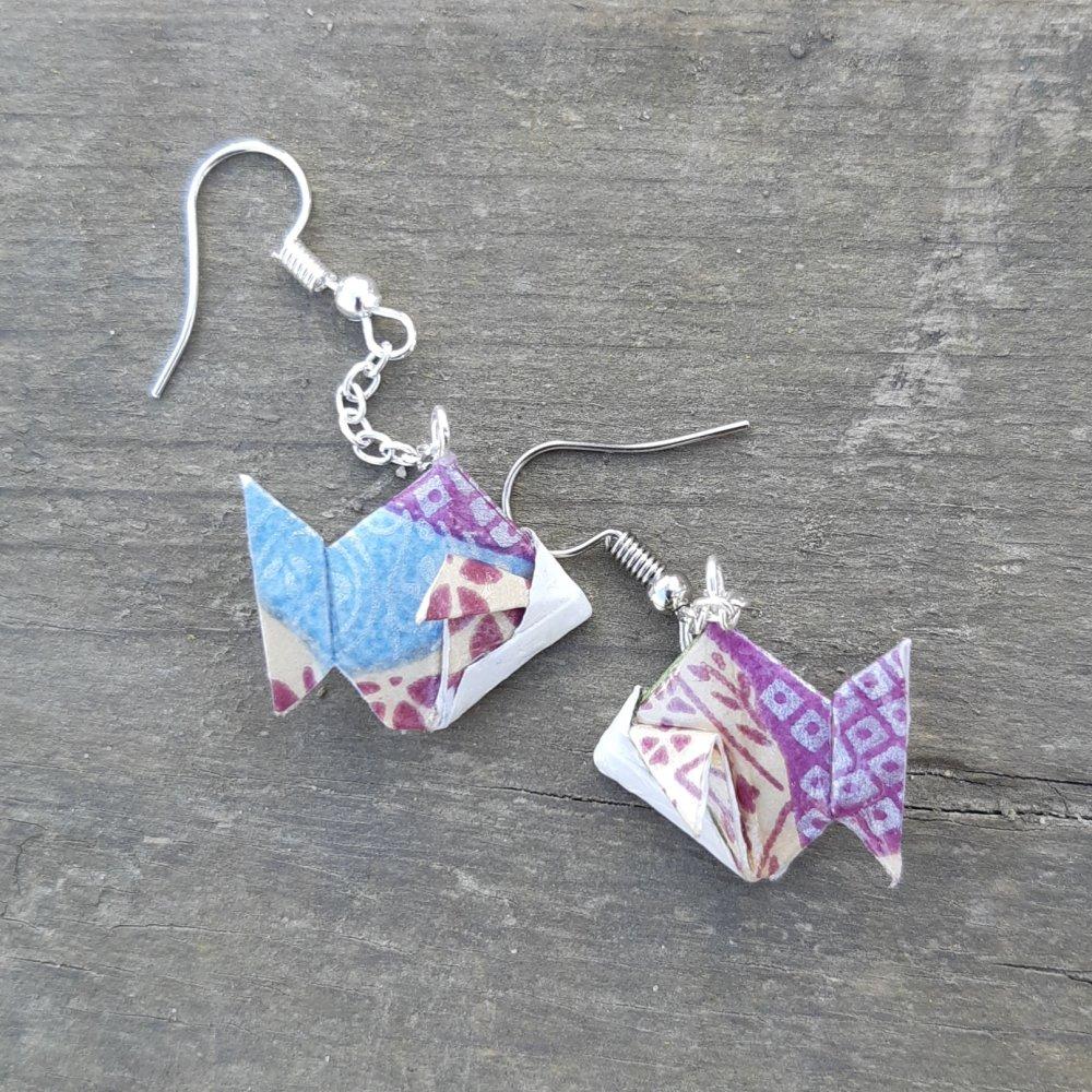 Boucles d'oreilles origami poisson mauve et bleu sur chaîne argentée