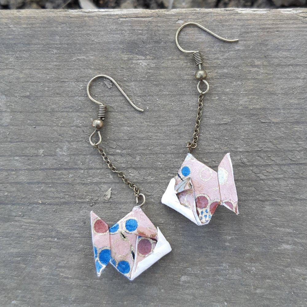 Boucles d'oreilles origami poisson rose et bleu sur chaîne bronze