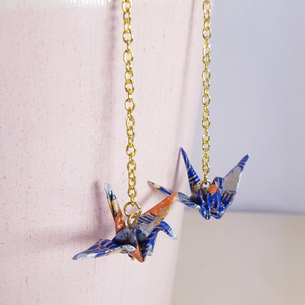 Boucles d'oreilles origami grue bleue sur chaîne dorée