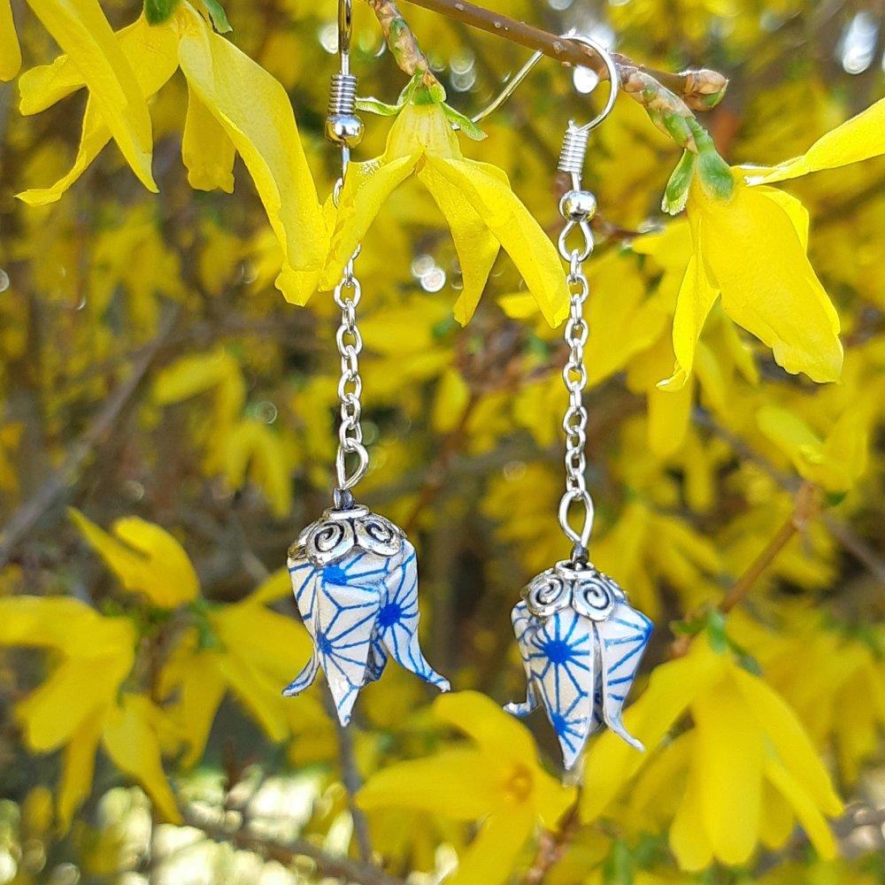 Boucles d'oreilles origami lotus bleu sur chaîne argentée