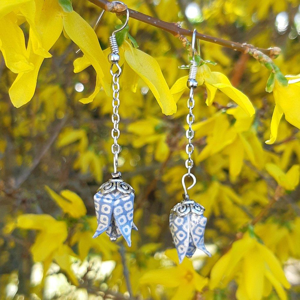 Boucles d'oreilles origami lotus jacquards bleu sur chaîne argentée