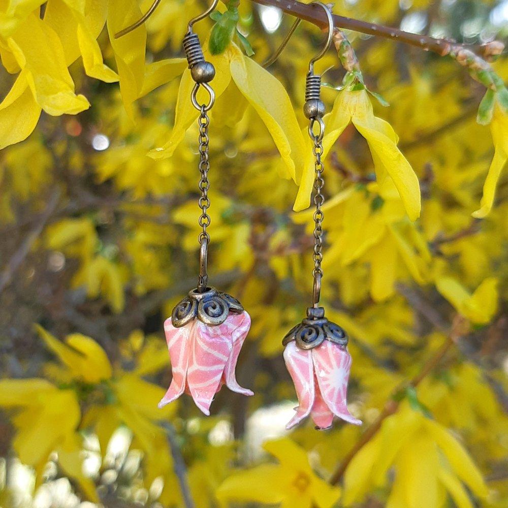 Boucles d'oreilles origami lotus rose sur chaîne bronze