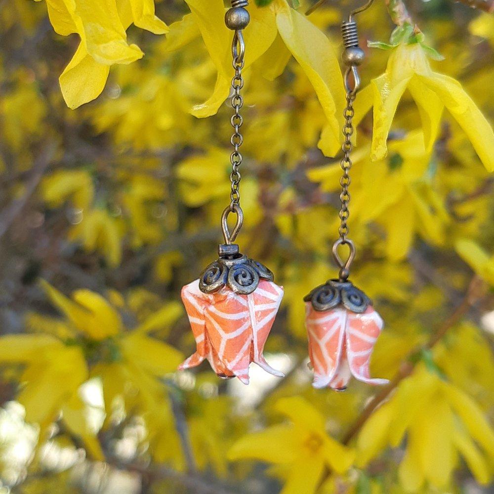 Boucles d'oreilles origami lotus orange sur chaîne bronze
