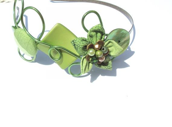 serre-tête 2015 volutes aluminium fleur et bouton tissu vert fait main