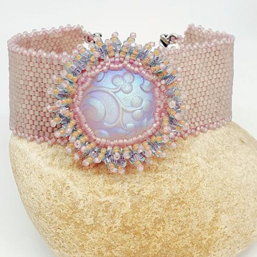 Bracelet , manchette, perles de rocaille , beige rosé antique, avec cabochon serti