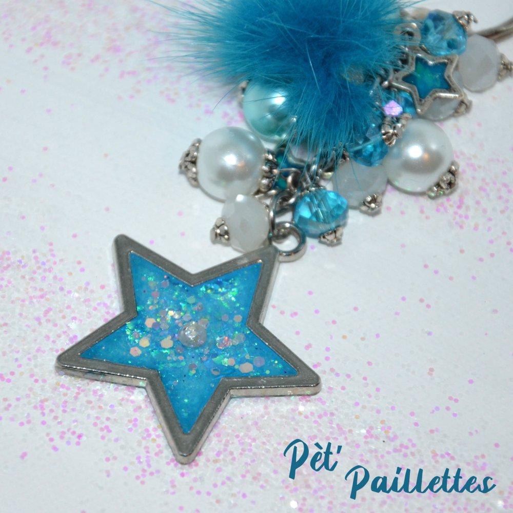 Porte clés avec son étoile de résine, inclusion de paillettes et strass, perles de verre et pompon tons turquoises