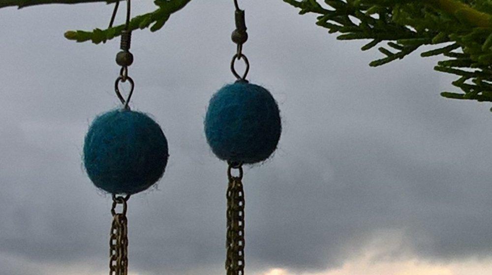 Boucles d'oreille  perle feutrée et chainette