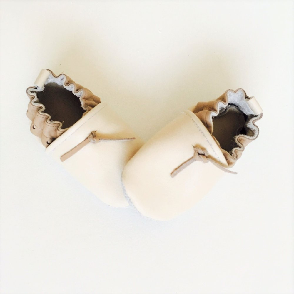 chaussons bébé cuir souple écru et taupe taille 18/19