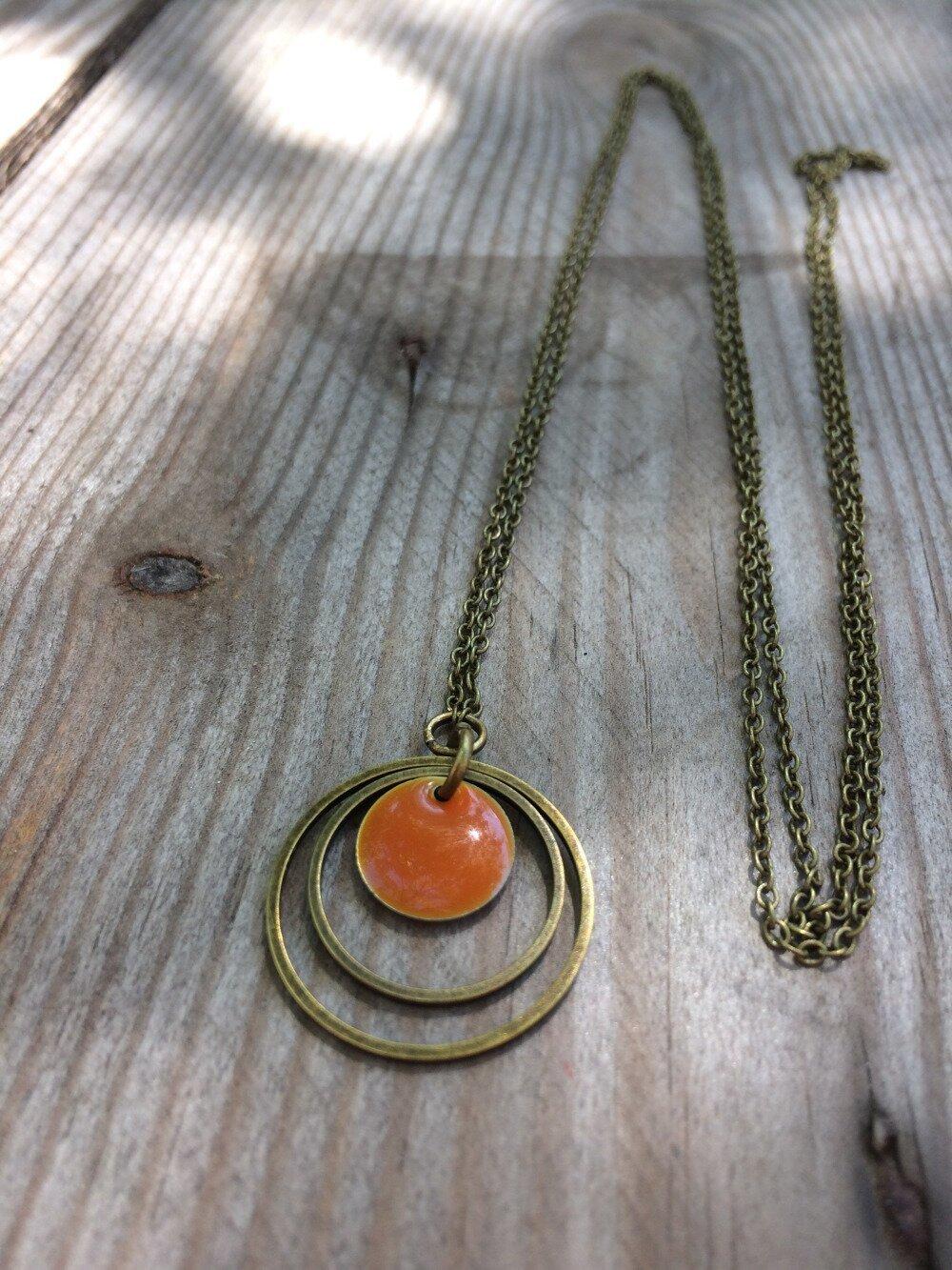 sautoir bronze double anneau et pastille emaillée orange