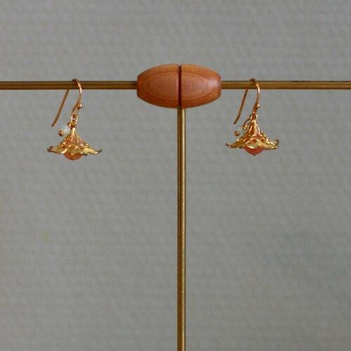 Crochets d'oreille fleur dorée, quartz rose et swarovski